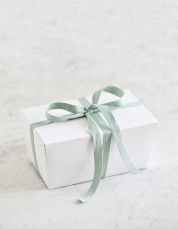 Set of five white praline boxes 500 g